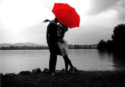 Bacio con ombrello rosso